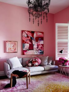 A living room in pink tones with a mauve-grey sofa